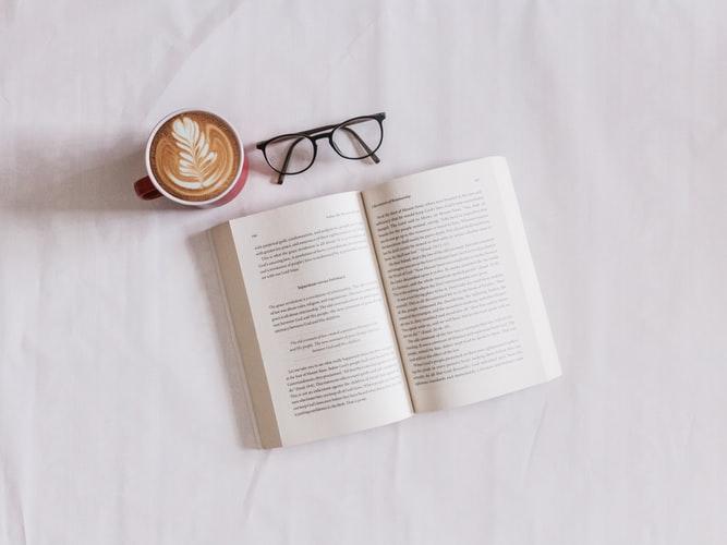 desayuno con un libro de literatura y un cafe